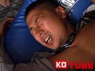 エロ動画、KO COMPANY 元体育会系短髪リーマンが2人からスーツ姿のまま責められる!!の表紙画像
